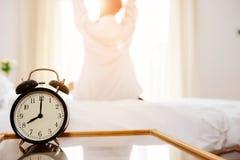 Despertador delante de la cama fotos de archivo libres de regalías