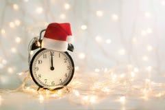 Despertador do ano novo que mostra o tempo da meia-noite foto de stock royalty free