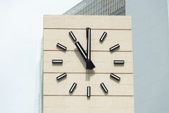 despertador do Retro-estilo que mostra cinco minutos a doze Imagens de Stock Royalty Free