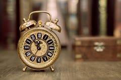 Despertador do vintage que mostra cinco a doze Ano novo feliz 2015! Fotos de Stock