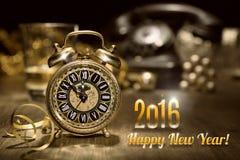 Despertador do vintage que mostra cinco a doze Ano novo feliz 2016! Imagem de Stock