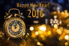 Despertador do vintage que mostra cinco a doze Ano novo feliz 2016! Fotografia de Stock Royalty Free