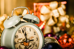 Despertador do vintage que mostra cinco minutos à meia-noite imagens de stock
