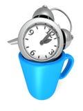 Despertador dourado no copo da caneca de café Tome uma ruptura Foto de Stock Royalty Free