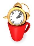 Despertador dourado no copo da caneca de café Tome uma ruptura Fotos de Stock