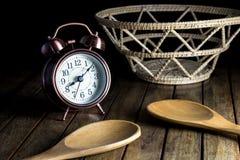Despertador e colher e cesta velhos Fotos de Stock