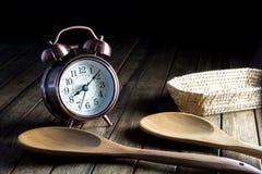 Despertador e colher e cesta velhos Imagens de Stock