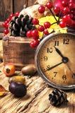 Despertador e símbolos do outono imagem de stock royalty free