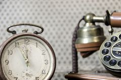 Despertador e telefone velho da linha terrestre imagem de stock