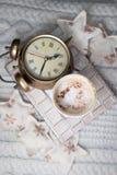 Despertador e um café no fundo branco Foto de Stock