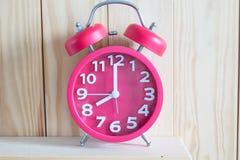 Despertador em de madeira Fotografia de Stock Royalty Free