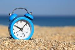 Despertador en la playa Fotografía de archivo libre de regalías