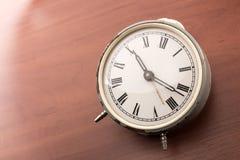 Despertador en la tabla Fotografía de archivo