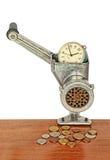 Despertador en máquina para picar carne manual y monedas en la tabla de madera Fotografía de archivo libre de regalías