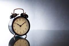 Despertador en oscuridad Fotografía de archivo