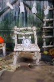 Despertador en una cama del árbol de abedul en la noche de Halloween primer Imágenes de archivo libres de regalías