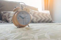 despertador moderno na cama no quarto Imagens de Stock