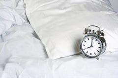 Despertador na cama Foto de Stock