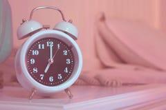 despertador na cama no quarto Imagens de Stock Royalty Free