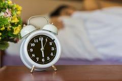 despertador na cama no quarto Fotos de Stock