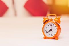 despertador na cama no quarto Fotografia de Stock Royalty Free