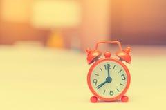 despertador na cama no quarto Imagens de Stock