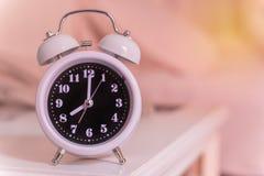 despertador na cama no quarto, estilo retro Fotografia de Stock