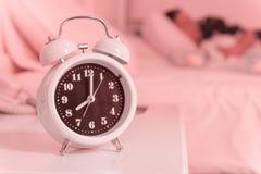 despertador na cama no quarto, estilo retro Imagens de Stock