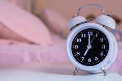 despertador na cama no quarto, estilo retro Fotos de Stock