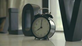 Despertador na exibição da tabela oito horas vídeos de arquivo