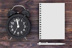 Despertador negro con la pluma y libreta en blanco para su diseño 3d fotos de archivo libres de regalías