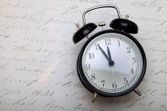 Despertador no estilo retro no fundo do vintage Fotografia de Stock Royalty Free