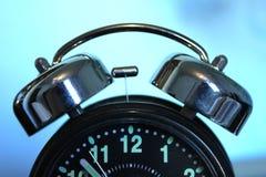 Despertador no fundo abstrato azul Manhã fotos de stock royalty free