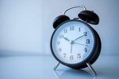 Despertador preto análogo do estilo retro foto de stock