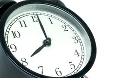 Despertador preto retro da vista lateral que mostra oito horas isoladas no fundo branco fotografia de stock royalty free