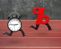 Despertador que corre após o sinal de porcentagem com pés humanos Fotografia de Stock Royalty Free