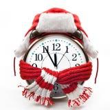 Despertador que lleva un sombrero de piel y una bufanda roja Fotografía de archivo libre de regalías