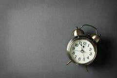 Despertador que muestra el reloj de casi 12 o Foto de archivo libre de regalías