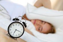 Despertador que se coloca en la mesita de noche que va a sonar imagenes de archivo