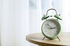 Despertador retro bonito na tabela fotos de stock