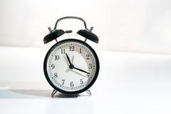 Despertador retro com o tempo que lê dezenove onze passados Fotografia de Stock