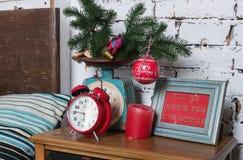 Despertador retro del estilo del vintage y Años Nuevos de decoración en nightstand Foto de archivo libre de regalías