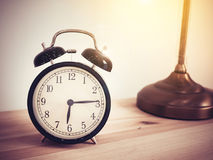 Despertador retro do close up na tabela de madeira com espaço da cópia Imagem de Stock