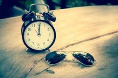 Despertador retro em uma tabela de madeira Fotografia de Stock Royalty Free