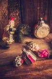 Despertador retro, maletas de cuero del vintage, decoraciones pasadas de moda del árbol de navidad, espacio de la copia para su t Fotos de archivo libres de regalías