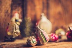 Despertador retro, maletas de cuero del vintage, decoraciones pasadas de moda del árbol de navidad, espacio de la copia para su t Imagenes de archivo