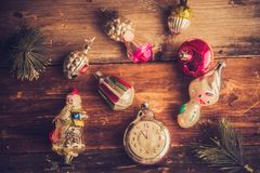 Despertador retro, maletas de cuero del vintage, decoraciones pasadas de moda del árbol de navidad, espacio de la copia para su t Fotografía de archivo