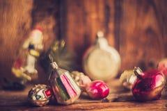Despertador retro, maletas de cuero del vintage, decoraciones pasadas de moda del árbol de navidad, espacio de la copia para su t Fotos de archivo