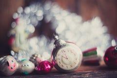 Despertador retro, maletas de cuero del vintage, decoraciones pasadas de moda del árbol de navidad, espacio de la copia para su t Imágenes de archivo libres de regalías