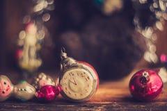 Despertador retro, maletas de cuero del vintage, decoraciones pasadas de moda del árbol de navidad, espacio de la copia para su t Imagen de archivo